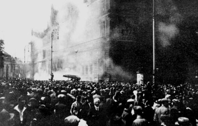 Vrede demonstranter sætter justitspaladset i brand