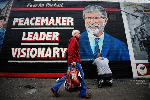 Valgplakat med Gerry Adams i Belfast