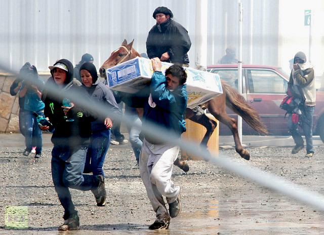 Folk løber med 'omfordelte' varer fra supermarkedet i byen Bariloche