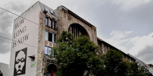 TACHELES - En håndfuld kreative folk bz'atte i februar 1990 et varehus i Berlin – Mitte.