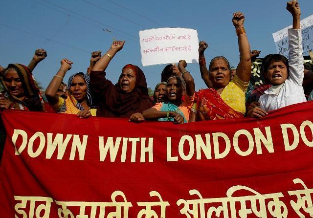 Overlevende fra Bhopal gas katastrofen og andre sympatisører deltager i en protest mod en sponsoraftale med Dow Chemicals i forbindelse med  Olympiaden 2012.