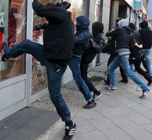 Angreb på banker og internationale tøjkæder ( i protest mod hændelserne i Bangladesh)