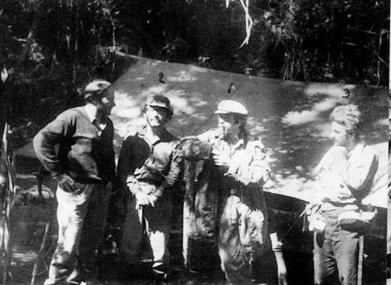 Den franske venstreradikale intellektuelle Regis Rebray (tv.) besøger Ches guerillacamp i Bolivia
