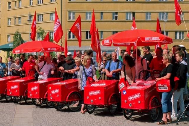 Med cykler drager aktivister fra Die Linke i valgkamp med et budget på 33,7 millioner kroner i ryggen