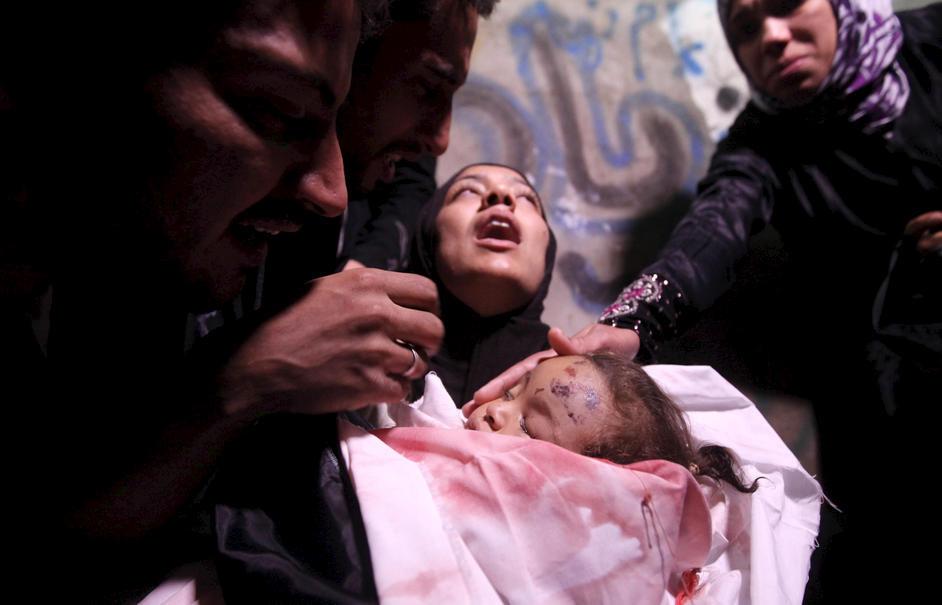 Moderen til den 10 årige pige Hanen Tafesh, der blev dræbt under et israelsk luftangreb, med sin døde datter i armene før begravelsen i Gaza by d. 16. november 2012.