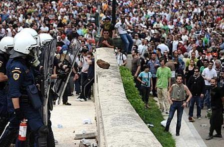 demonstranter foran parlamentet