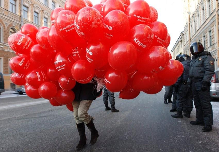 Balloner med kommunistpartiets logo i Skt. Petersborg