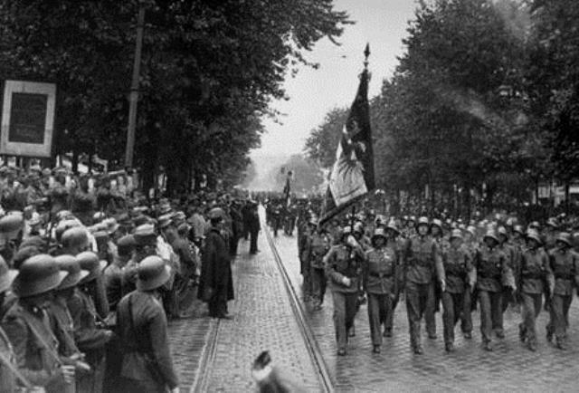 """Det paramilitære, reaktionære """"Heimwehr"""" marcherer på Ringstrasse i Wien i 1930"""
