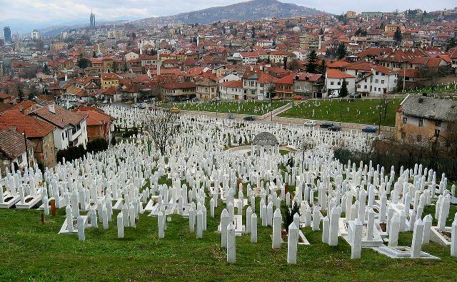 Kirkegården med ofrene for det bosnisk-serbiske militærs belejring af byen fra den 5. april 1992 til 29. februar 1996.