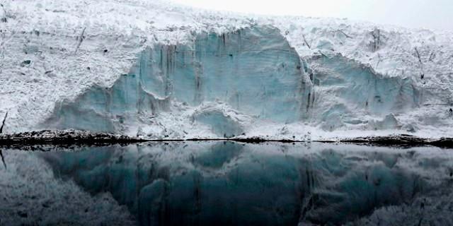 Den smeltende gletsjer 'Pastoruri' i Peru