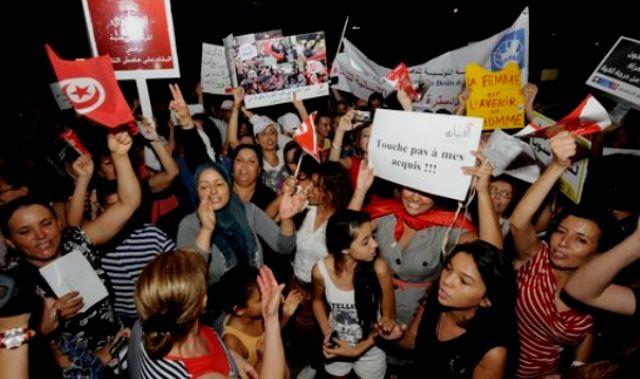 """""""Rør ikke ved vores rettigheder!"""" Over 20.000 deltog i kvindernes demonstration den 13. august 2012 i Tunis. Det var den største politiske manifestation i landet i lang tid."""