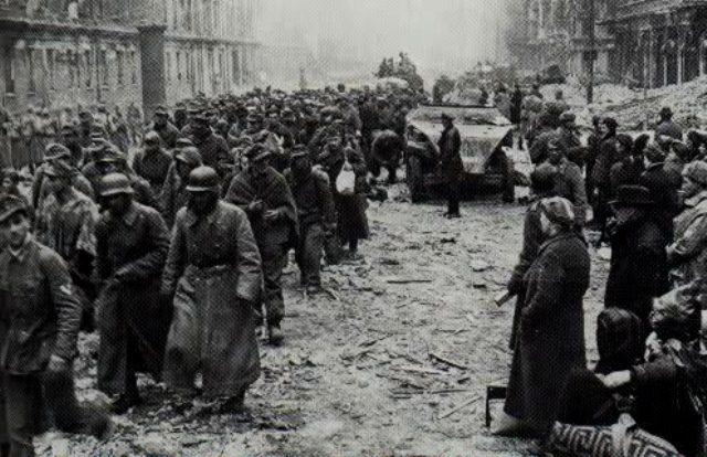 Tilfangetagne tyske soldater marcherer gennem Berlin