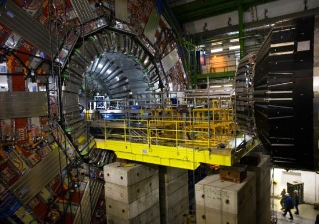 Med en gigantisk partikelaccelerator vil fysikere i Schweiz finde ud af, hvordan verden er opstået og hvad det er, der holder den sammen