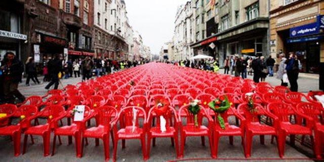 11.541 røde stole for at mindes hver eneste beboer, der døde under det serbiske militærs belejring