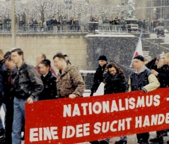 Uwe M. og Beate Z. deltager i en nazimarch i den østtyske by Jena (delstat Thüringen)  i 1990'erne