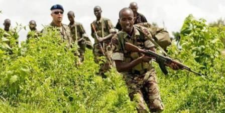 Officer fra EU i færd med at træne rekrutter til den somaliske regeringshær i Uganda  Mange af rekrutterne er hentet fra de overfyldte flygtningelejre i Kenya