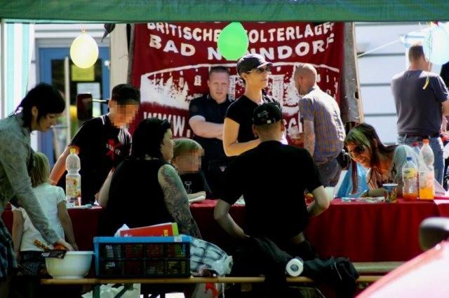 """Forældrefest i anledning på nazisternes """"Thüringdage af det nationale ungdom"""" i slotparken ved Arnstadt 2009 (Thüringen)"""