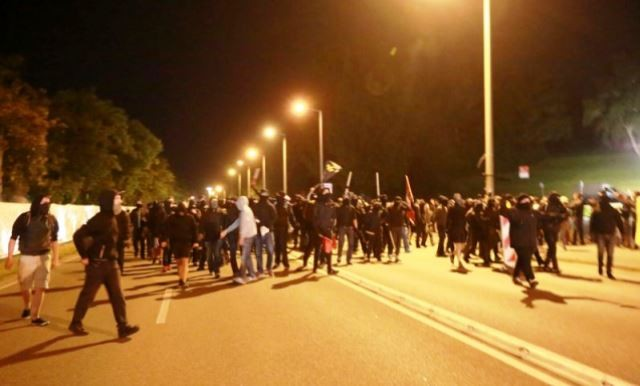 Lørdag nat den 22. august 2015: Autonome antifas (billede) i kamp mod den racistiske pøbel