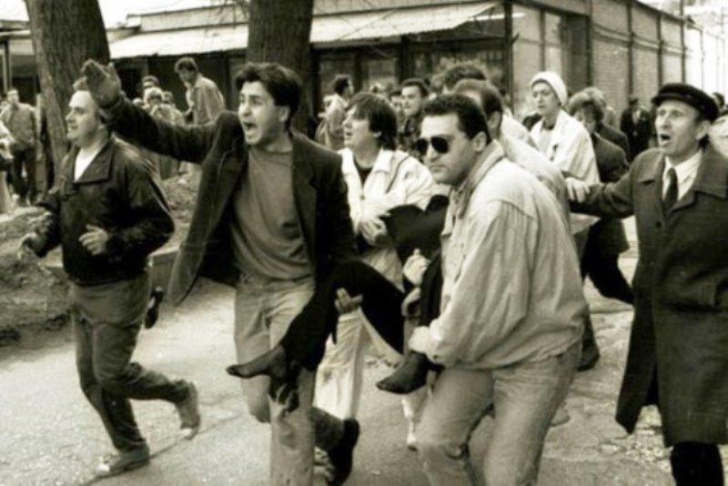 Serbiske skarpskytter skyder på folk i Sarajevo