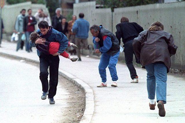Serbiske skarpskyttere skyder på folk i Sarajevo
