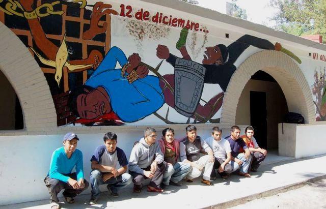 Studerende foran lærerhøjskolen Ayotzinapa