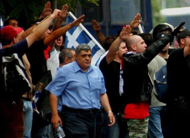 I midten på billedet - fascisternes gamle leder Nikolaos Michaloliakos