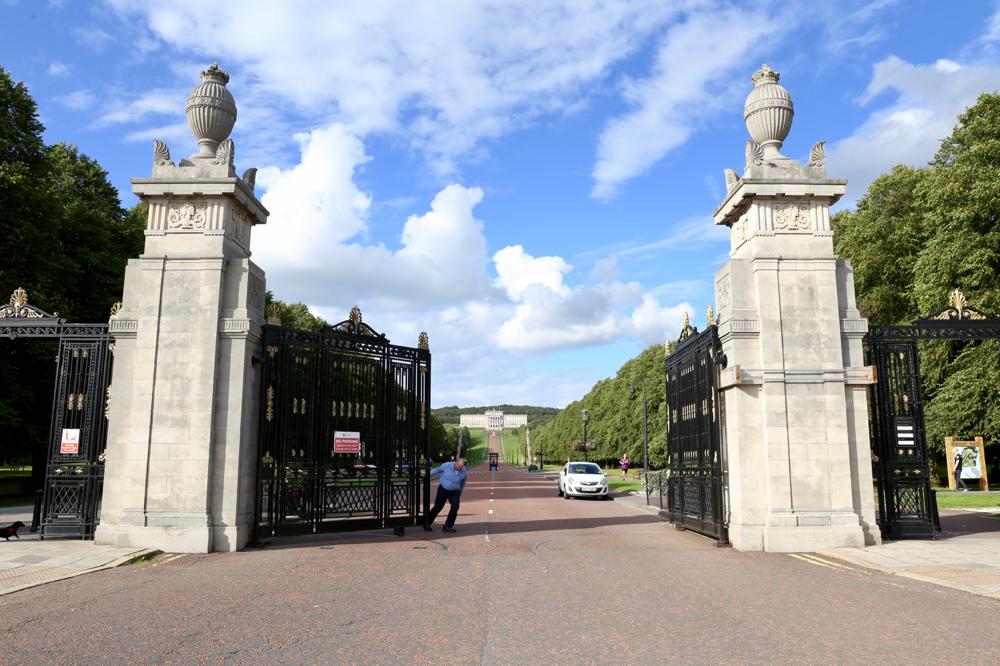 Stormont: Das Parlamentsgebäude, gaaanz weit im Hintergrund, liegt in einem wunderschönen Park. Er ist für die Öffentlichkeit zugänglich.