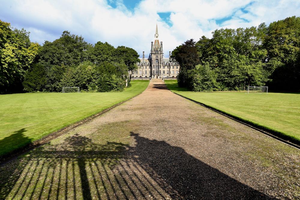 Fettes College, Privatschule. Das Gebäude hat wohl J. K. Rowling für die Beschreibung der Zauberschule inspiriert.
