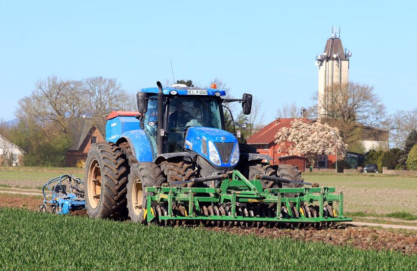 Unsere Drillmaschine im Einsatz für eine blühende Landschaft.