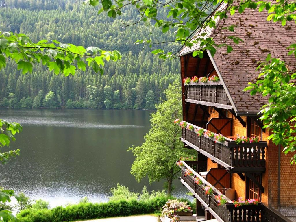 Schwarzwaldtypische Hotelfassade am Titisee-Ufer