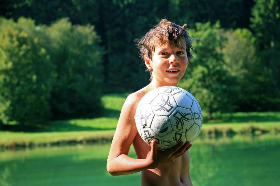 Leo mit Ball