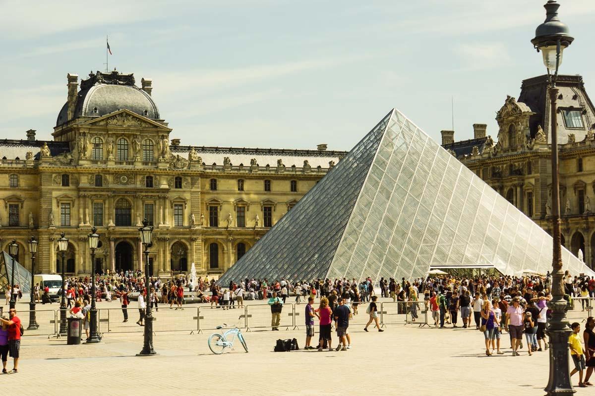 Pyramiden-Eingang zum Louvre
