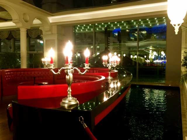 Sueno de Luxe: Gondel-Deko mit Wasser