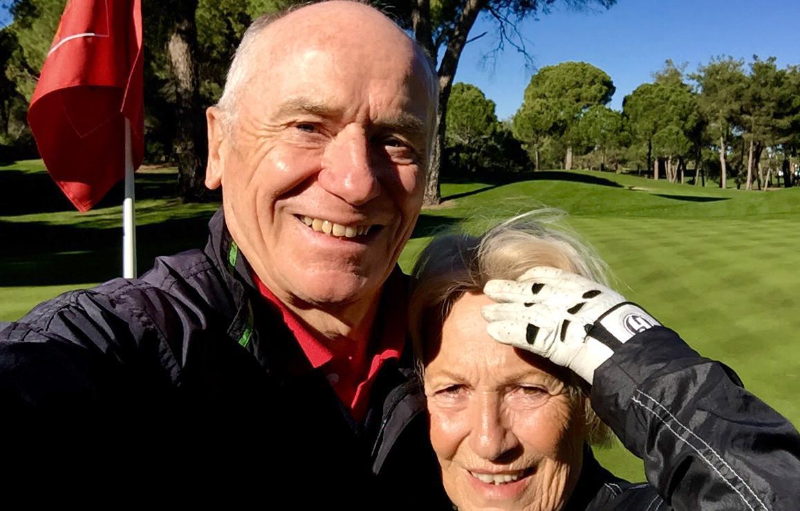 Glückliche Golfer/in