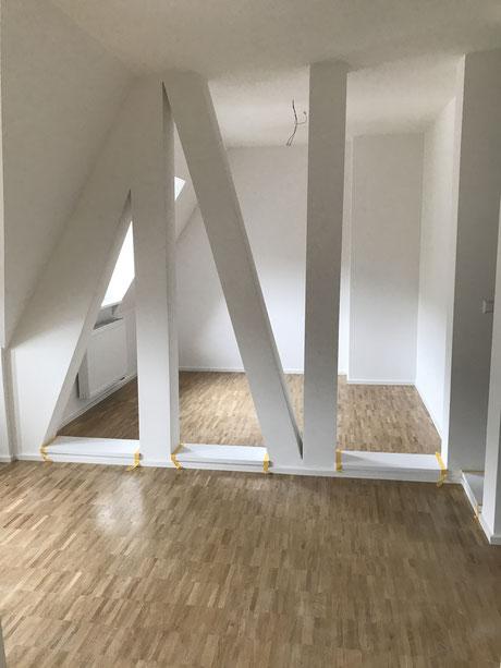 Nach der Modernisierung - gedämmte Räume , Parkettboden und Balken verkleidet und wurden extra für s Bett nicht entfernt .