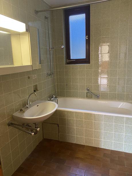 Vorher - veraltetes Badezimmer mit Badewanne