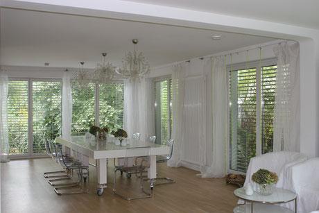 Abgehängte Decken , weiße glattgespachtelte Wände und Decken , Parkett Parador, Tischentwurf aus Corian , Lichtkonzept ,Smart Home , komplette Kernsanierung von MADEJA-DIE HAUSGESTALTER