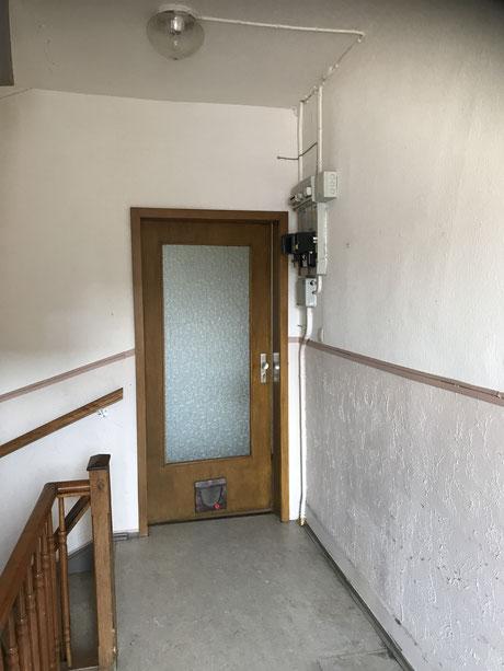 Vorher Treppenhaus mit veralteter Elektrik , veralteten Eingangstüren