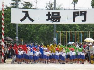 1年生。初めての小学校の運動会。にっこにこ。