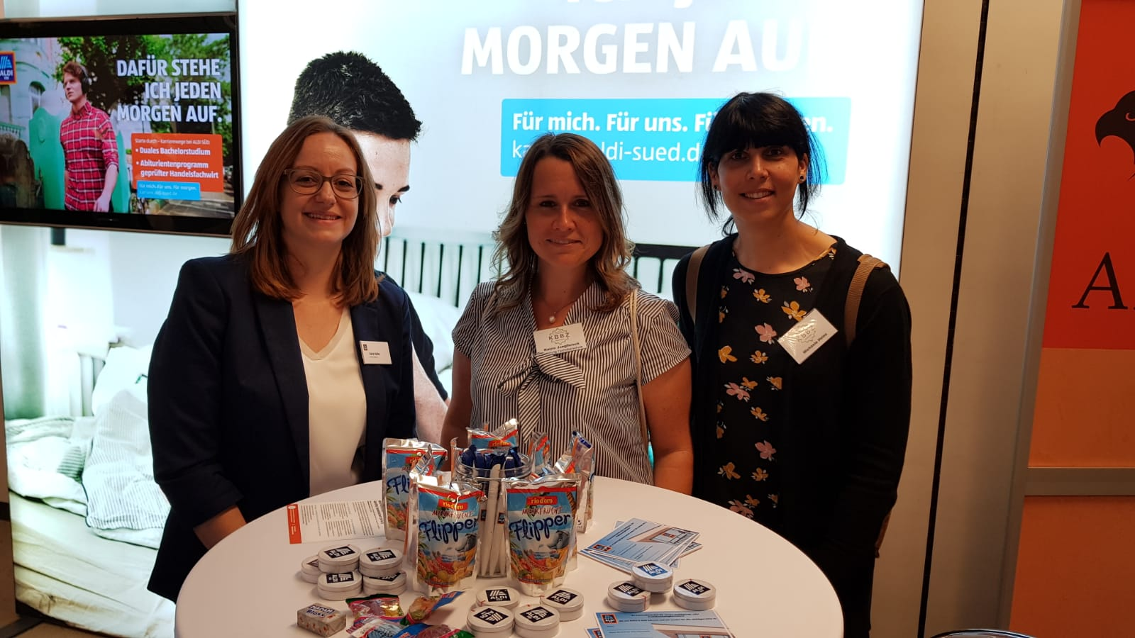 Zu Besuch bei unserem Kooperationspartner ALDI Süd - v.l.n.r. Frau Rohe, Frau Jungfleisch und Frau Heinz