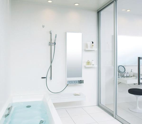 大きな開口部で洗面化粧室とひとつづきのバスルーム / さまざまな素材は四角と円筒のモチーフで統一し、白のニュアンスでシンプルな空間に。シンプルでありながら、デザイン性に優れた清潔感あるバスルームです。