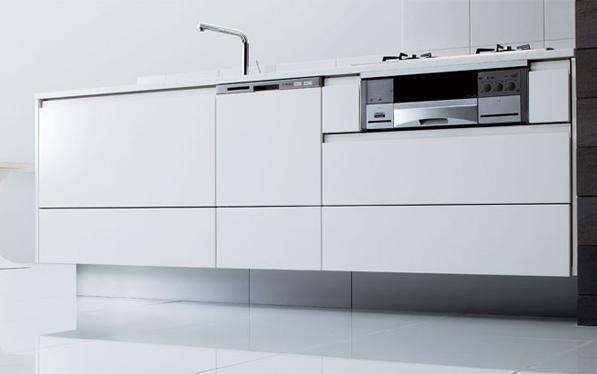 I型ゲート対面プラン / 使いやすさを極めたキッチン、スタイリッシュな空間を引き締めるシステムファニチャー。お手入れもしやすく、シンプルでも収納力は抜群です。