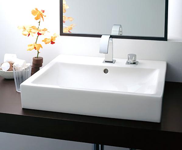 心地よく、座って使える洗面化粧台 / ご年配の方には座って使える洗面化粧台など、それぞれのライフスタイルに合わせ、バスルームとトータルデザインした水まわりを提案できます。