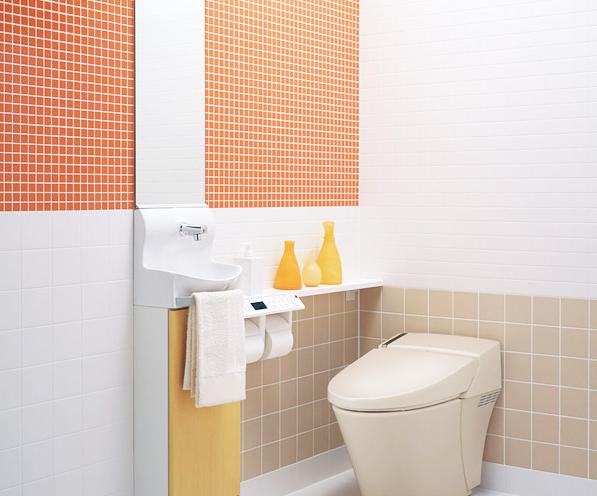 オレンジのアクセントタイルが印象的なデザイン / タイルの色と大きさでリズムを付けた楽しげなデザイン。ベージュ・オレンジなど、ウォール系のカラースタイルがトイレを明るく演出します。