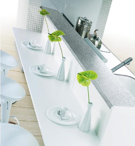 アップライト対面テーブルカウンター / ダイニング側から調理中の手元が隠せて、テーブルカウンターを付けてよりコミュニケーションが図りやすい対面型キッチン。