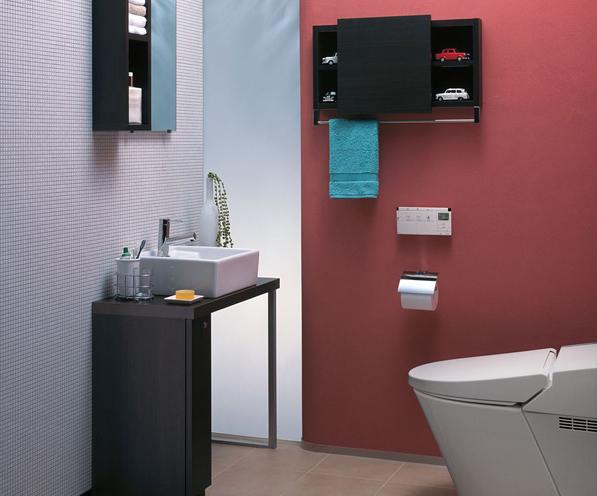 コンパクトサイズの手洗カウンターを対面に設置したトイレルーム / 壁紙の赤と家具の黒がベストマッチ。スリットのスリガラスからの光もやわらかで、気持ちのいい空間です。