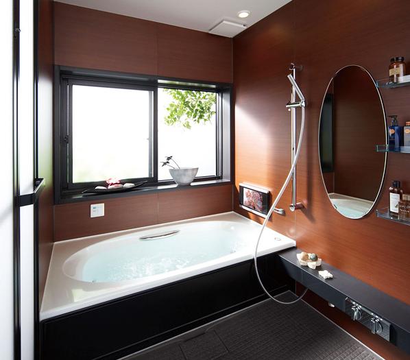 落ち着いたシックなアジアンテイスト / 木目を基調としたアジアンテイストの落ち着いたデザイン。浴室TV搭載モデルで、ワンランク上のバスタイムが叶います。