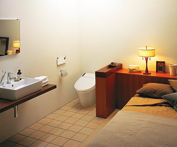 ベット脇にプライベート用トイレを設置したスタイル / ベッド横に簡単な間仕切りを設け、大胆にトイレを配置。コンパクトでシンプルなデザインは、どんな雰囲気のお部屋にもマッチします。