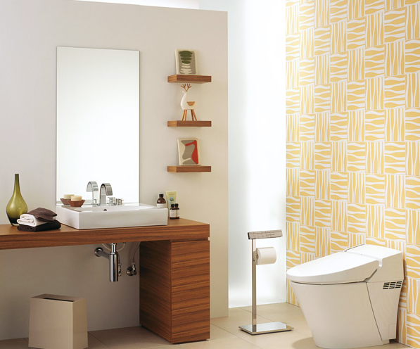 遊び心が感じられるモダンなスタイル / ボトル柄のタイルとナチュラルな木目コーディネートは、甘くない大人のセンス。トイレをひと味違う楽しい空間に演出します。