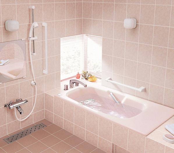 高齢者に配慮したバスルームプラン / 手すりの配置や広めのエプロンバスで介護にも対応したスタイル。身体の負担を軽減し、高齢者の方にも安心してご入浴いただけます。